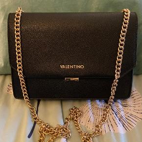Valentino taske med rem, som kan bruges både til skuldre eller gøres kortere så den også kan bruges i hånden   2 rum og 1 med lynlås, hvor i de 2 rum er ekstra små rum til div småting
