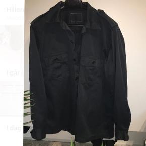 Perfekt, Let sort/mørkegrå overskjorte! Super god stand! Tager også imod bud:)