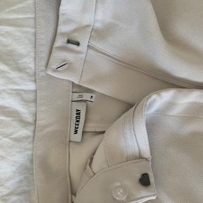 Str 38 (fitter 36/S) er 174 Kun prøvet på! Knækket hvide weekday bukser med slids. super lækre! Sælges da de ikke rigtig er min stil ://