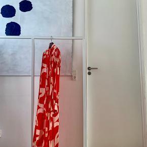 ⚫️Der handles udelukkende via 'Køb Nu' funktionen. Al forsendelse forgår med DAO og det er ikke muligt at mødes og handle. Priserne er faste. Privatbeskeder og kommentarer besvares ikke🖤  ____  Lang rød- og hvidmønstret kjole med slidser i siderne fra H&M Studio Collection. Str. 34.   150 cm lang x 34 cm bred henover skuldrene x 40 cm bred henover brystet x 65 cm ærmelængde