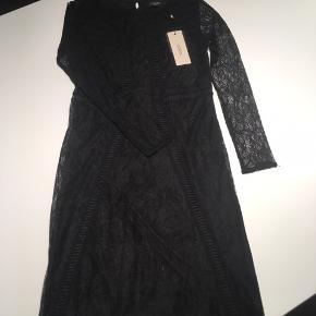 Super fine blonde detaljer. Tætsiddende kjole.   Kan også sendes mod betaling af Porto 😊