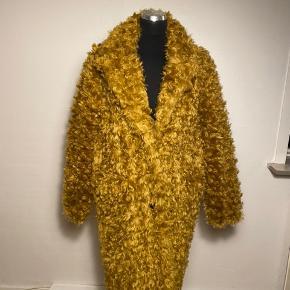 """Flot """"persianer look"""" frakke fra Baum i lys camel 2 knapper foran lukker frakken  Lommer  Størrelsessvarende"""
