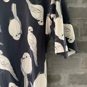 Fin T-Shirt kjole med fugleprint. Bomuld kvalitet, lidt ekstra længde på ærmer og bred hals.