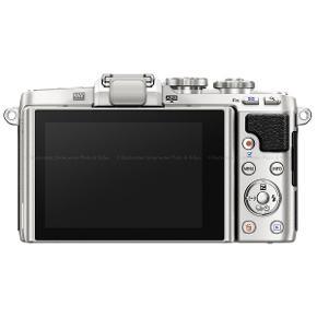 Olympus e-pl7 med:  - standardobjektiv (14-42mm) - portrætobjektiv (45mm 1.8) - blitz - oplader  Kameraet er enormt brugervenligt og har wi-fi, så billederne fx kan overføres direkte til ens telefon :).   Det er brugt en del, men fungerer upåklageligt.