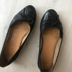 Ballerina fra Chanel. Meget slidte men for nylig fået lagt ny sål.