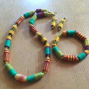 Fint smykkesæt fra Ghana. Halskæde, armbånd, øreringe. Aldrig brugt.
