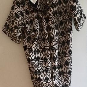 Flot mønstret kjole med lynlås-detalje på ryg. Lommer med lynlås i siderne. Super flot kjole, som jeg desværre har købt lidt for stor.