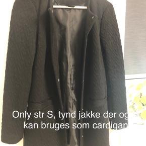 Tynd i stoffet så kan bruges som tynd jakke eller cardigan/blazer