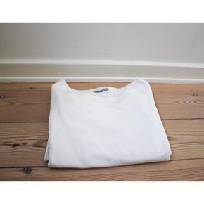 #SundaySellout   Hunkdory Stockholm sweater   - Tynd sweater dvs. den er ikke så varm  - Bred halsudskæring   Pasform: - Sidder tættere i bunden dvs. den sidder godt ved buksekanten