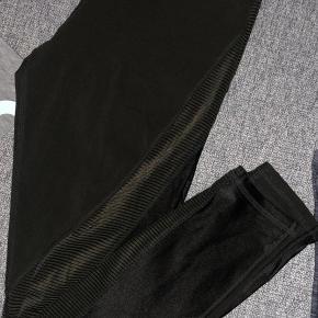 Mørkegrønne træningsbukser sælges da jeg ikke bruger dem mere :)