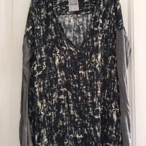 Mønstret tunika, kort kjole med lange ærmer og meget rummelig fra Aj 117 project. . Passer både str m og L, 40.  Farver grå, sort, blå m.m.  Sælger meget andet fra samme mærke samt andre - se mine øvrige annoncer