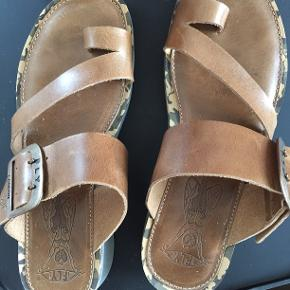Lækker sandal fra fly London, model fra sommer 2019, bløde såler, lækkert blødt skind. Brugt et par gange, er desværre købt lidt for stor. Nypris 800 kr