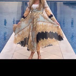 Unik kjole fra H&M i ekstrem god kvalitet Og med det flotteste mønster. Brugt en enkelt gang.