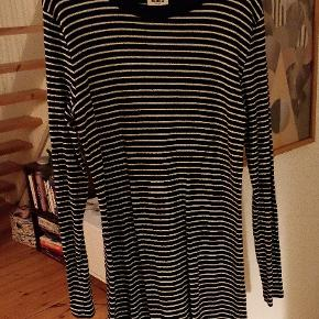 T-shirt kjole i bomuld og stretch. Virkelig rar at have på. Brugt én gang.