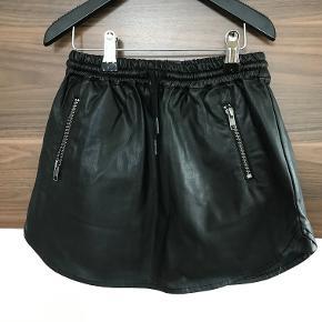"""NY klassisk nederdel i """"falsk"""" læder Aldrig brugt  Prisen er excl. porto Bemærk, mine priser er faste. Handler gerne mobilepay på 26810990"""