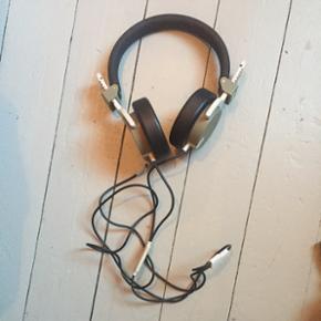 Aiaiai høretelefoner i army grønne og råhvid med sort.  Spiller fint sælges fordi jeg skal rejse