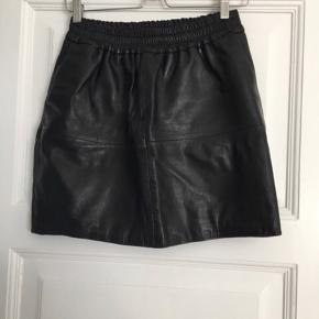 Moss Copenhagen nederdel i ægte læder   Størrelse:XS   pris: 300 kr   fragt:37 kr   obs: som ses på billede 2 har den en lille flap intet af betydning
