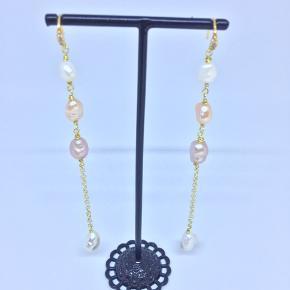 De smukkeste perleøreringe med kæde. Ca 11 cm lang.