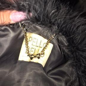 stadig rigtig fin, men den ene lomme er der hul i desværre, det er vist på billedet 🌸 mærket er PELLO BELLO