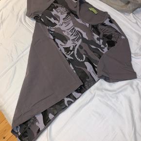Købte denne Versace Jeans t-shirt for et halvt år siden, har måske gået i den 3 gange. Normal pris 1100 (Gav jeg i butikken) - tag den til 500. Kan mødes på FRB eller omegn. :)