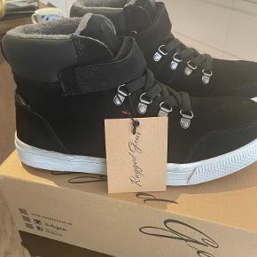 Rugged Gear sneakers