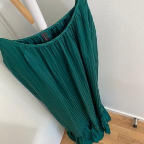 Smuk lang kjole fra YAS med flæsedetalje i bunden   Str.: L  Stand: aldrig brugt