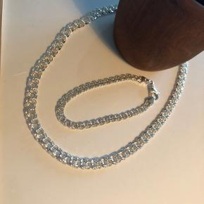 BNH - bismark smykke sæt Halskæde 42 cm - 6,5 mm bred.  Armbånd 20 cm - 5 mm bred  Aldrig brugt.  Samlet nypris 1500,-