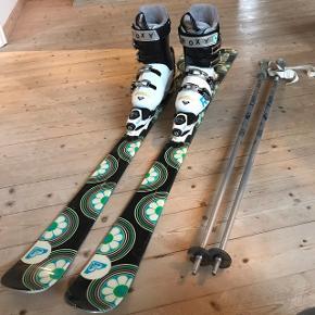 """🎿🎿Velholdte ski med tilhørende støvler og stave fra Rossignols mærke Roxy 🎿🎿Skiene har længden: 146cm  Støvlerne har størrelsen: 25,5 - Hvilket svarer til en størrelse 37-39.  Skistavene har længden: 110cm/44""""  Ski og støvler er max brugt på 5 skiferier og stavene én enkelt dag, da det aldrig var noget jeg brugte.  Læs mindre"""