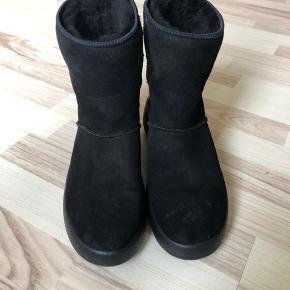 Fine varme støvler i lammeskind.  Brugt 2-3 gange sidste vinter.  Sælges stadig i butikkerne. Nypris 1400kr.  Modellen hedder «ukiuk».   https://m.boozt.com/dk/da/ecco/ukiuk_13480120/13477932?position=1000000&navId=60150&group=brandwall
