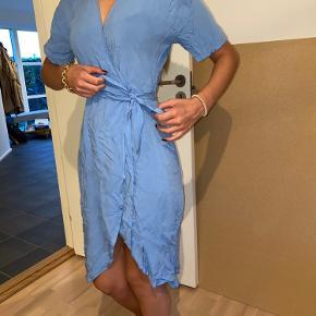 Helt ny modström kjole i smuk blå farve Str. Xs Trænger kun lige til at blive strøget, efter at have ligget i skuffen;)  Giv et bud!