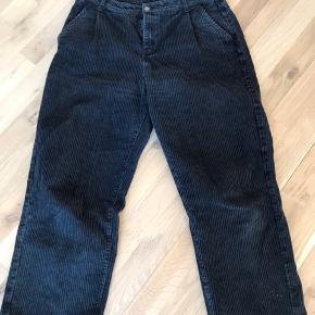 Bukserne har lidt hvidt maling ved buksebenet, men ikke noget som er i øjenfaldene (ses på billedet).  Bukserne er en Str. large men kan sagtens passes af en str. større eller mindre med bælte.