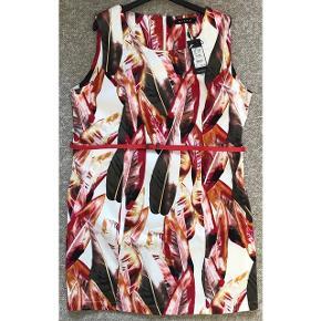 Smuk kjole fra Micha. Kraftigt glat bomuldsstof med stræk. Aftageligt bælte. A-form. Skjult lynlås i ryggen. Lommer foran i siderne. 97% bomuld og 3 % elastan. Brystvidde: 64 cm. X 2 uden at strække stoffet. Længde: 100 cm. Pristag: 799.95 kr.