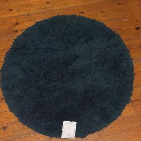H&M Home bademåtte. Helt ny med prismærke. Mørkeblå. Diameter: 70 cm Pris på hjemmeside: 200kr