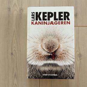 Kaninjægeren, Lars kepler, genre: krimi og spænding  Super fin og spændende bog Læst en gang Er i hardback og på 576 sider  Sender gerne hvis køber betaler fragt