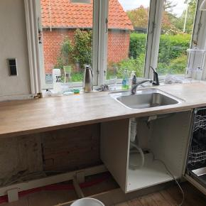 Træbordplade med håndvask længde 221 cm, dybde 60 cm, højde 3 cm. Trænger til en gang slibning