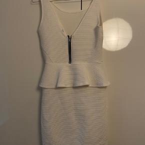 H&M Kjole eller nederdel, Næsten som ny. Nørrevold - Fin kjole fra H&M i str.36. H&M Kjole eller nederdel, Nørrevold. Næsten som ny, Brugt og vasket et par gange men uden mærker eller skader