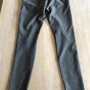Varetype: Bukser Størrelse: 24 Farve: Grå Oprindelig købspris: 800 kr.  Skønne bukser fra Fiveunits med skjult lynlås og hægte. Har kun prøvet dem derhjemme - men de er desværre et nummer for lille til mig. Farven er army/grå farve.  Bytter ikke 62 polyester, 33 viskose, 5 elastan