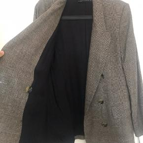 Sælger min super min blazer fra Zara, da den er for lille  Blazeren er i super stand, da jeg aldrig har haft den på en dag ude   Den kan styles på mange fede måder, som gør den helt unik
