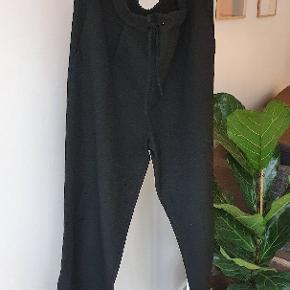 Super behagelige og pæne bukser fra Pieces i str. M. Bukserne har elastisk og bindebånd i livet.