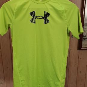 Lime grøn Underarmour T-shirt. Med elastik i stoffet. Fin stand👍
