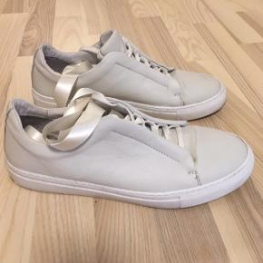 De er blevet brugt to gange, og er kun beskidte under skoen. Der medfølger silkebånd, som aldrig er blevet brugt.  De kan sendes på købers regning eller hentes i Allerød/Kbh