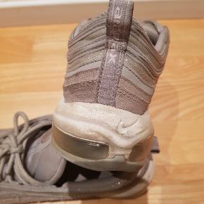 Nike Air Max sneakers. Str. 40. God men brugt. Lidt slid indvendig i hælen, ellers i fin stand. Nypris 1.500 kr.   Sender også. Det koster 38 kr med Dao