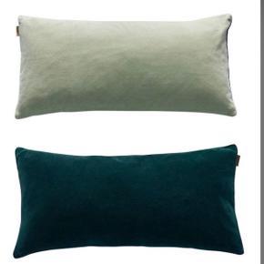 Velour inkl. fyld fra OYOY. Vendbar: Mørk grøn på den ene side, mintgrøn på den anden side.  Mål: 30 x 60 cm.  Fremstår som ny.  Nypris 349 kr.