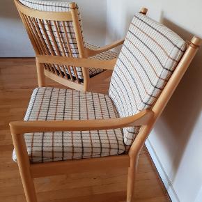 Hans J. Wegner armstole, model 1788, fremstillet hos Fritz Hansen. Formgivet i 1945. Trærammekonstruktion i bøgetræ. Løstliggende puder med lyst yderst velholdt betræk i camira uld. Læderstropper i toppen af ryghynden, så hynden ikke glider.  Stolen er 100% stabil.   PRISEN ER PR STK!!!    #armstol#lænestol#danskdesign#retro#teak#palisander#spisebord#spisebordsstol#børgemogensen#kaikristiansen#sofa#pindestol#tremmestol#børgemogensen#