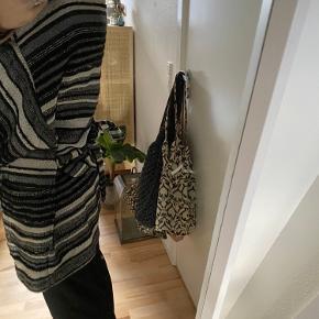 Kimonoen har små fnuller rundt omkring derfor sælges den billigt. Størrelse 1