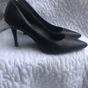 Heel 7 cm. Patent cracked leather. Very comfortable. I don't have s narrow foot, they fit perfectly to me. The color is almost black. Dark ink blue.