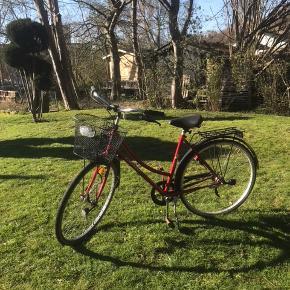 TAG DEN GRATIS Damecykel   -3 gear  -Indbygget lås -Kædeskærm   Cyklen har holdt stille i MANGE år, men er din hvis du orker at sætte den i stand  Mangler blot en kærlig hånd