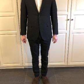 Super 120 uld. Stoffet er nålestribet. Købt i Harrods i London for 6-7 år siden.