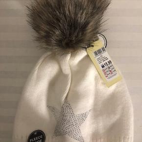 Von Lamezan fleece vinterhue - aldrig brugt. Købt for 140kr og har stadig prismærke på sig ✨  Byd endelig.