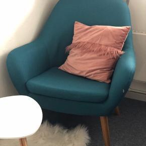 Oxford lænestol petrol farve. Super lækker lænestol, virkelig behagelig og pynter rummet rigtig fint. Har ikke brugt den så meget, da den bare har pyntet mit hjørne inde i stuen. Dog har den fået en lille men utydelig klat maling, da jeg var igang med at skifte lejlighed.